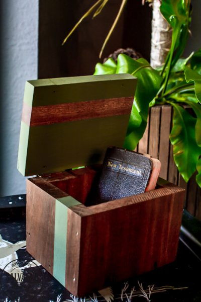 When you find an inexpensive wood box and you need a fresh and easy makeover idea this is an easy way to update a decorative box in minutes. Little wood boxes are perfect for storage and decorating ideas. #woodbox #modernvintage #updateidea #easyDIY #fiveminutecraft #vintagestyledecor