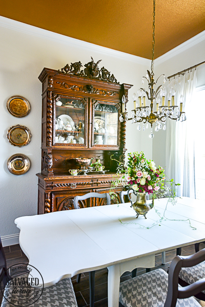 A plain dining room gets an upgrade to vintage glam with a gorgeous gold painted ceiling. See the best paint color for a metallic gold ceiling, perfect for a vintage dining room, classy master bedroom or stunning in a small bathroom. #5thwall #paintedceiling #ceilingcolor #metallicgoldpaint #diningroommakeover #vintagestyle