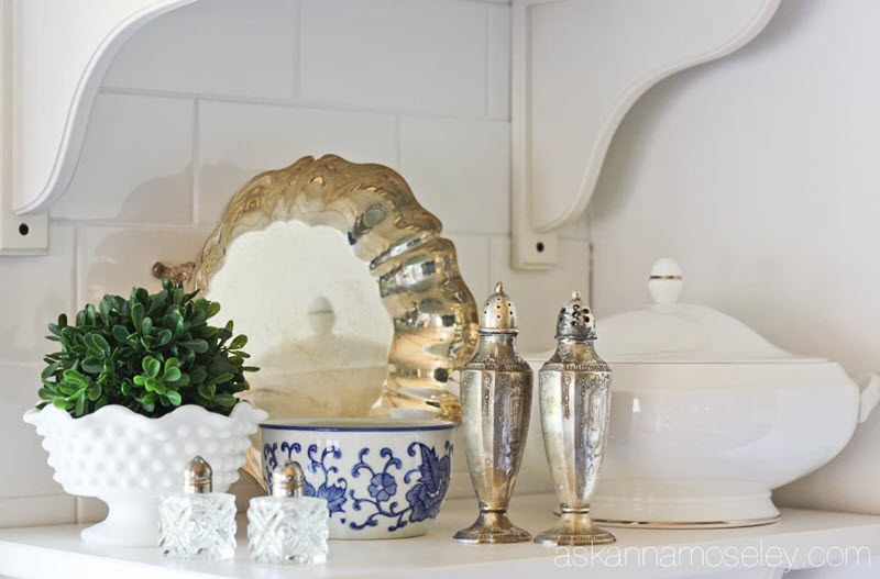 A list of gorgeous ways to decorate with silver in your home decor vignettes, table and styling. Vintage silver is so versatile and the perfect vintage decor item to add age, patina and vintage style to your home on a budget. #vintagesilvervignette #vintagesilverdisplay #silverideas #silverdecoration @vintagesilverfrenchcountrydecor