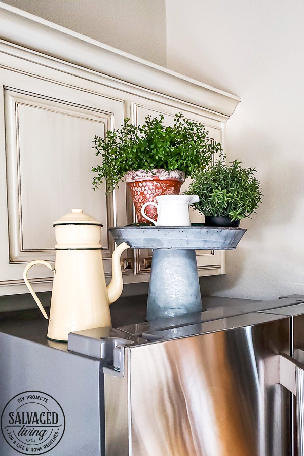 DIY painted terracotta pot idea for cute and easy rustic home decor. This new terra cotta planter goes to shabby chic instantly with this bubble wrap painting hack! Perfecr for spring decorating or a cuteorganization idea, making over a terracotta pot is so simple! #bubblewrap #burlapprojectidea #springplanter #rusticdecor