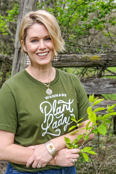 wannabe plant lady t-shirt perfect for the growing gardener who is trying hard but not quite there yet! #graphictee #fashionover40 #plantlady