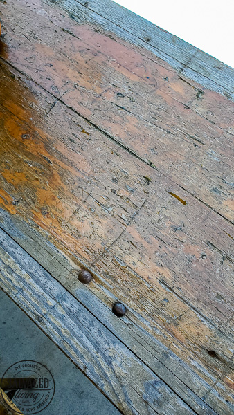 Don't toss your old wood patio furniture if it is weathered and worn! Refinishing wood patio furniture tips are here for you to make your wood patio furniture look like new. #porchdecor #woodrefinishing #furnituremakeover