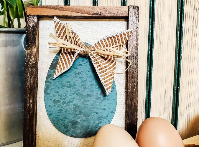 Three ways to use dollar store wooden eggs in your spring and Easter decorating, See how to paint these farmhouse style Robin Egg Blue eggs and three fun ways to use them in your decor. Budget dollar store crafts can be cute and expensive looking! #dollartree #dollartreecraft #Easterdecor #budgetdecoridea